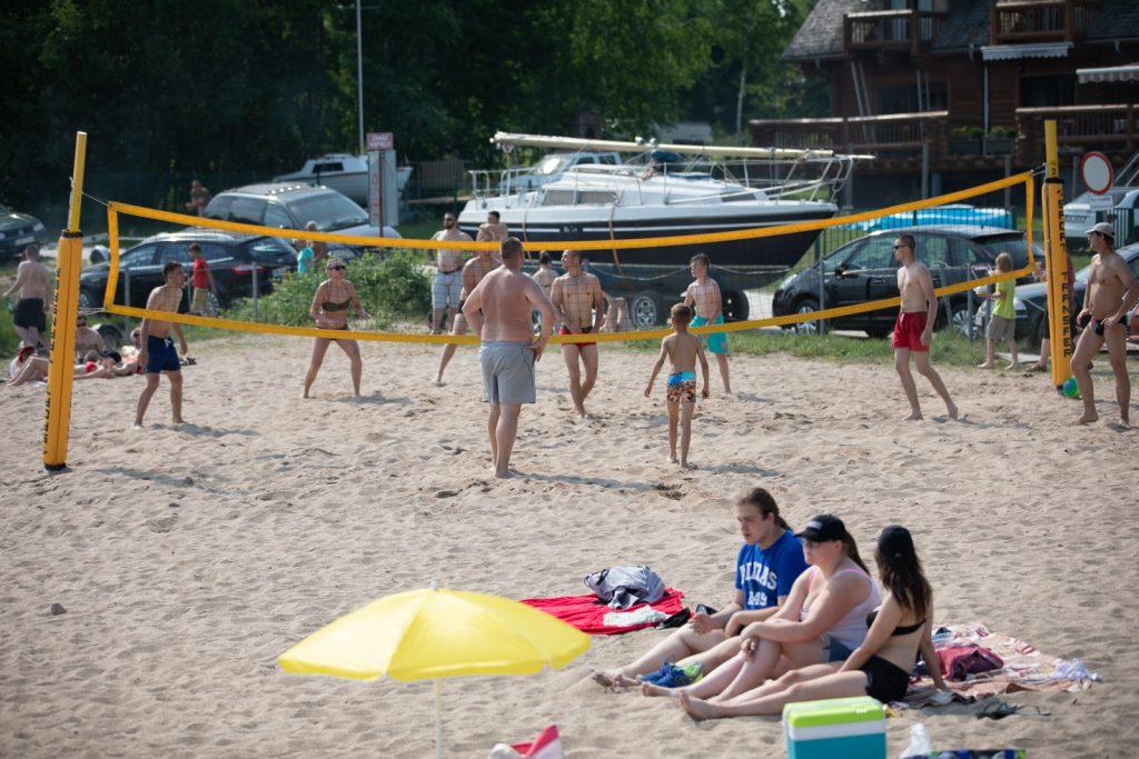 Plaża z boiskiem do siatkówki plażowej